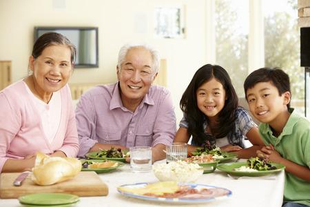 집에서 아시아 가족 공유 식사 스톡 콘텐츠