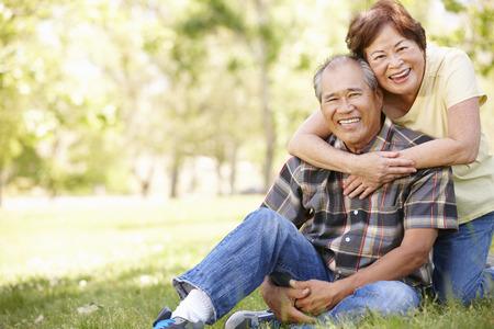 parejas enamoradas: Retrato Pareja mayor asiática en el parque Foto de archivo