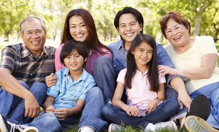abuelos: Retrato de varias generaciones de la familia asi�tica en el parque