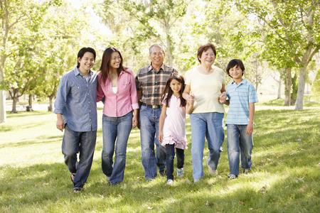 공원에서 멀티 세대 아시아 가족 산책 스톡 콘텐츠