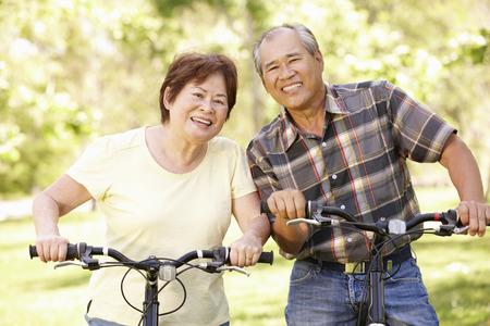 jubilados: Bicicletas par montar asiáticos mayores en parque