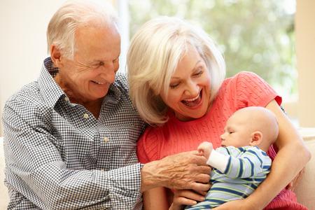 abuela: Pares mayores con el nieto del beb�
