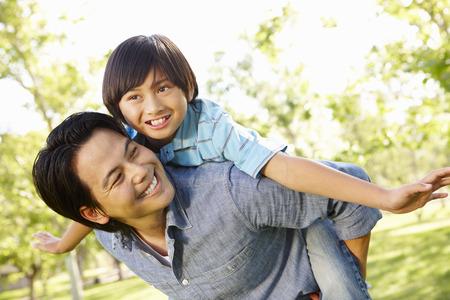 공원에서 노는 세로 아시아 아버지와 아들