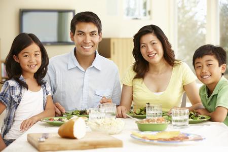 eten: Aziatische familie delen maaltijd thuis