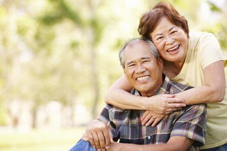 Portrait senior Asian couple in park Banque d'images