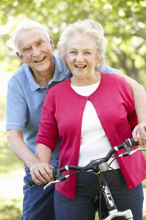 mujeres ancianas: Matrimonios de edad con la bici Foto de archivo