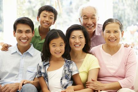 familia abrazo: Retrato de familia asiática