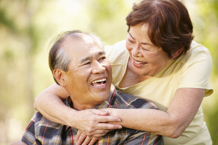 mujeres ancianas: Retrato rom�ntica pareja asi�tica mayor al aire libre Foto de archivo