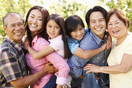 Portret multi-generatie Aziatische familie in het park