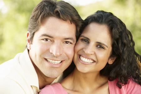 relajado: Romantic joven pareja de hispanos que se relaja en el parque Foto de archivo