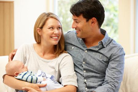 papa y mama: Pares en el país con el nuevo bebé Foto de archivo