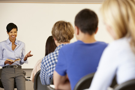 maestra enseñando: Enseñanza del profesor afroamericano al frente de la clase