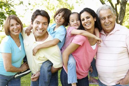 abuelos: Familia Hispana Multi Generación coloca en parque Foto de archivo