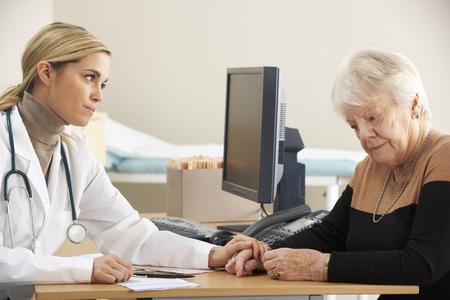 mujeres trabajando: M�dico tranquilizador paciente mujer mayor