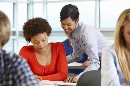 Afro-Amerikaanse leraar die student in de klas Stockfoto