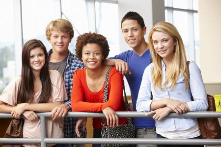 Groupe d'étudiants multiraciale intérieur Banque d'images