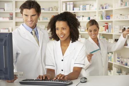 farmacia: Enfermera y los farmacéuticos que trabajan en la farmacia
