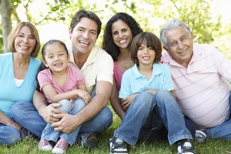 Multi-générations hispanique famille dans le parc permanent