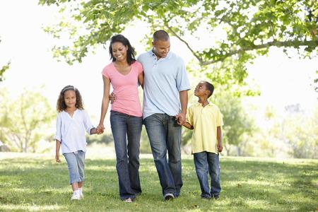 afroamericanas: Young African American Family disfruta de la caminata en el parque