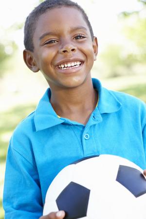 garcon africain: Jeune afro-américain de football garçon tenant dans le parc