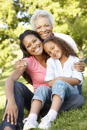madre e hija: Afroamericano abuela, madre e hija se relaja en parque