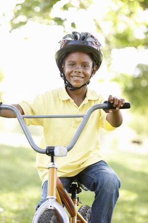 garcon africain: Garçon Riding vélo dans le parc