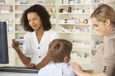 母と子と薬局の薬剤師