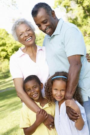 アフリカ系アメリカ人の祖父母と孫が公園を歩いて