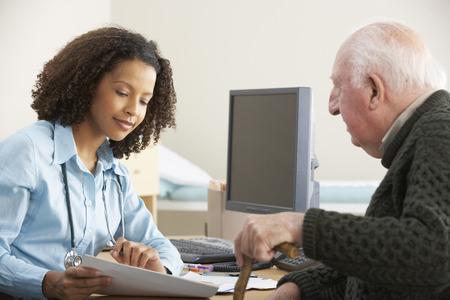 Giovane medico femmina con paziente anziano maschio