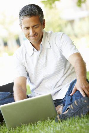 persona alegre: Hombre al aire libre, utilizando equipo portátil