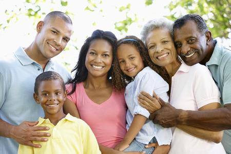 grupos de personas: Familia del afroamericano Multi generación recorren en parque Foto de archivo