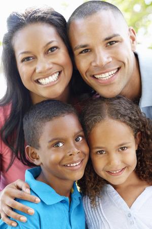 afroamericana: Close Up Retrato de la familia joven afroamericano