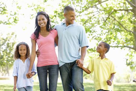 madre e figlio: Young African American Family gode della camminata in parco Archivio Fotografico