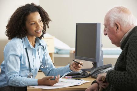 고위 남성 환자와 젊은 여성 의사 스톡 콘텐츠 - 42132693