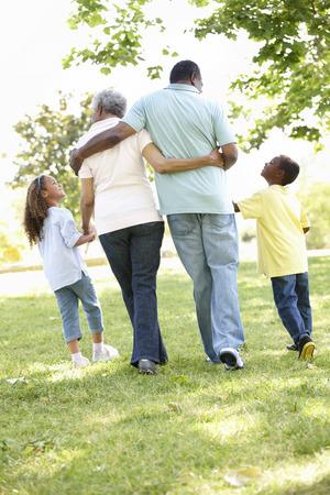 ni�os caminando: Abuelos afroamericanos con los nietos que recorren en parque