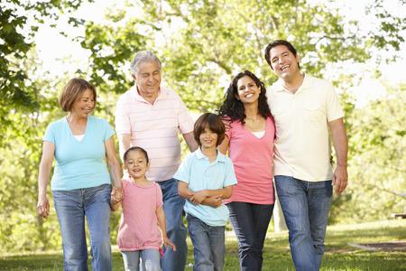 ni�os caminando: Multi generacional hispana que recorren en parque