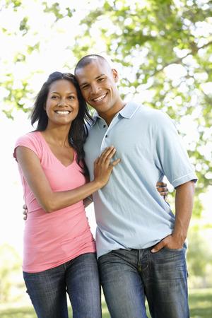 parejas caminando: Romántica joven Andar Pares del afroamericano en el parque Foto de archivo