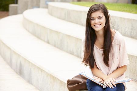 adolescentes estudiando: Estudiante adolescente que trabaja al aire libre Foto de archivo