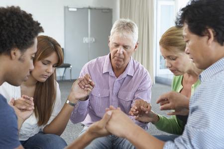 hombre orando: Reunión del Grupo de Estudio de la Biblia