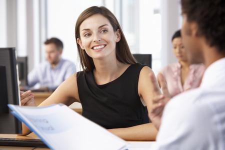 바쁜 사무실에서 신입 사원의 시작 작업