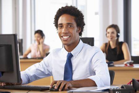 empleado de oficina: Trabajador sonriente en oficina Ocupado