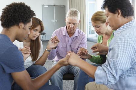 personas orando: Reunión del Grupo de Estudio de la Biblia