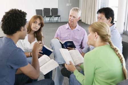 grupo de hombres: Reunión del Grupo de Estudio de la Biblia
