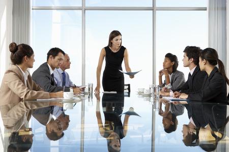 reunion de trabajo: Grupo de personas de negocios que tienen reunión Junta alrededor de la mesa de cristal