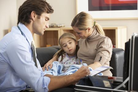 ragazza malata: Medico visita bambino malato e la madre a casa