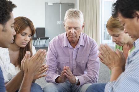 mujeres orando: Reunión del Grupo de Estudio de la Biblia