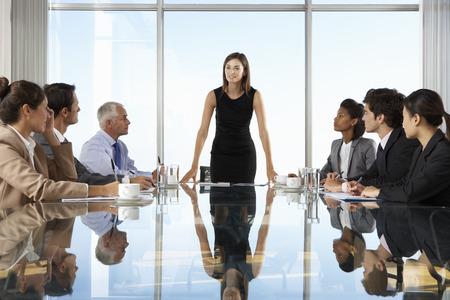 商務: 集團業務的人有董事會會議圍繞玻璃表 版權商用圖片