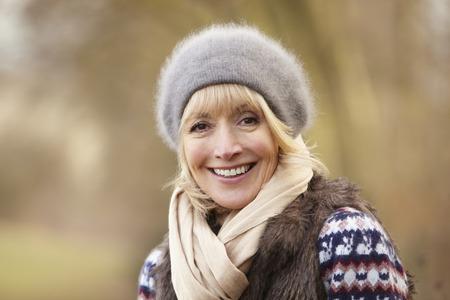 mujeres maduras: Retrato de la mujer madura al aire libre en invierno