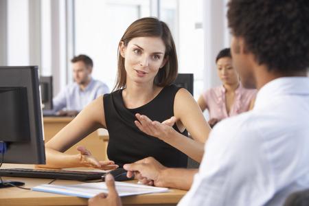 Twee mensen uit het bedrijfsleven die vergadering in drukke kantooromgevingen