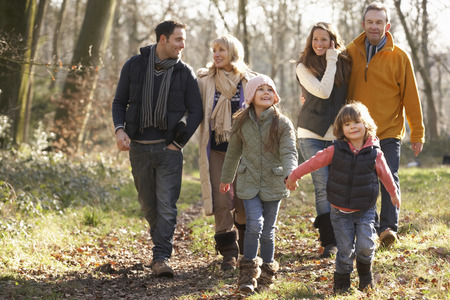 Familia de 3 generaciones en caminata del país en invierno